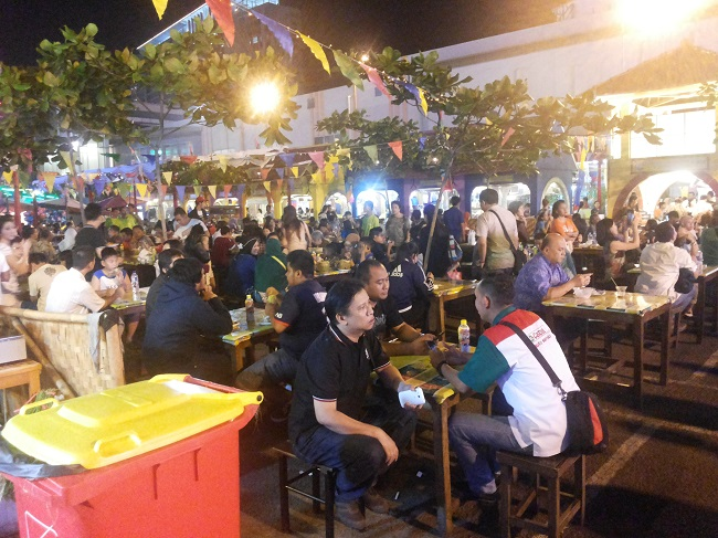 La Piazza Riuh Oleh Pengunjung Kampoeng Tempo Doeloe (foto: koleksi pribadi)