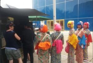 Gadis-gadis Jepang antri nasi goreng (sumber @indoworldexpo)
