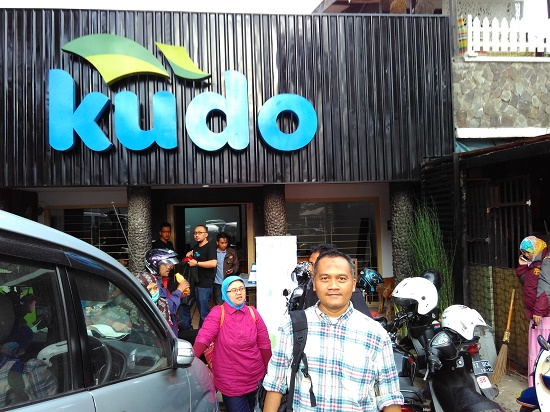 Penullis di depan Kantor Kudo Bandung (foto dokpti)