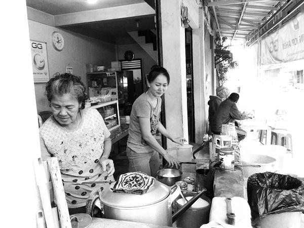 Perempuan di Kedai Akhew (foto dokpri)